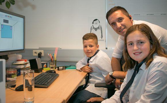Ayman (11) en Kyara (12), met hemd én das, aan de slag bij de grote baas, WaSC-manager Toon De Meester.