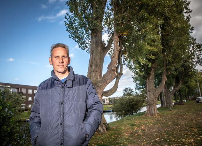 Hovenier Willem Overweg op de plek waar de populier omviel en zijn auto plette. Nu de andere populieren in het rijtje worden gekapt vanwege gevaar, rekent hij ook op een schadevergoeding. Daar gaat de gemeente Zwolle niet in mee, omdat 'aan de zorgplicht is voldaan'.