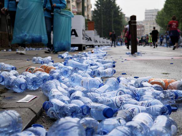 De achtergelaten plastic flesjes zijn een doorn in het oog van Mei Plasticvrij.