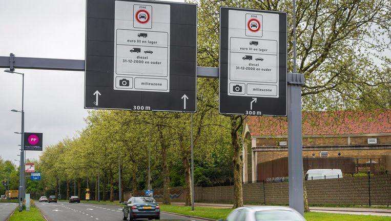 Een bord geeft het begin van de milieuzone weer. In dit afgebakende gebied mogen alleen auto's rijden die aan bepaalde uitstooteisen voldoen. Beeld ANP