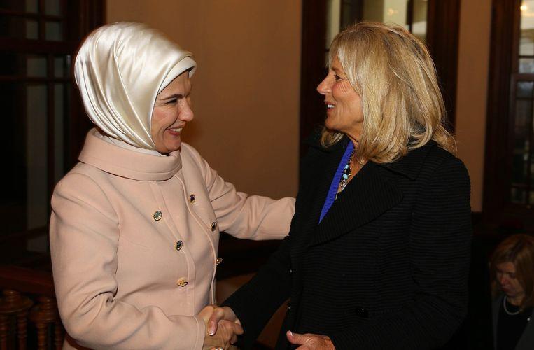 De vrouw van de Turkse president Erdogan (links)in het presidentieel paleis. Beeld epa
