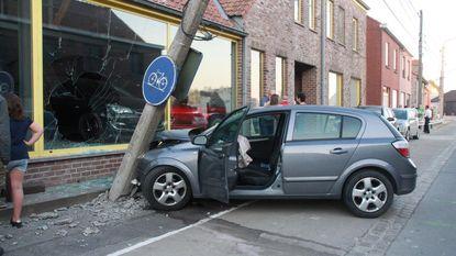 Jonge bestuurder knalt tegen elektriciteitspaal