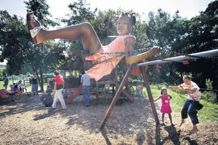 Speeltuinpret in het Westerpark. Het bij elkaar houden van de 28 kinderen is vandaag nog een aardige klus, maar het Tropenmuseum was erger. Foto Klaas Fopma Beeld