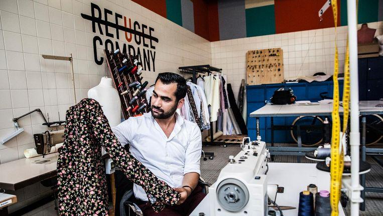 Mahmoud Alomar in het naaiatelier van de Refugee Company, gevestigd in de Bijlmerbajes in Amsterdam. Beeld null