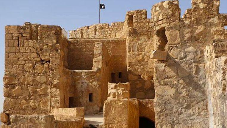 De IS-vlag wappert boven het oud kasteel van het historische stadsgedeelte van Palmyra.