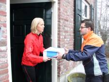 Pakketbezorger neemt aan de deur retourtjes mee terug