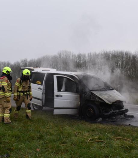 Busje verwoest door brand op A15 bij knooppunt Ressen