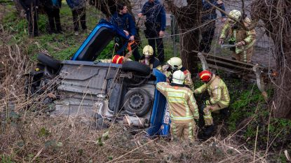 Wagen duikt Scheldebrug af en belandt meters lager in gracht
