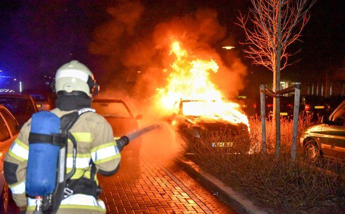 Brandweer blust een autobrand in Overvecht.