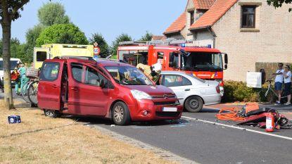 Dertiger botst frontaal op wagen met gezin: drie gewonden, kinderen ongedeerd