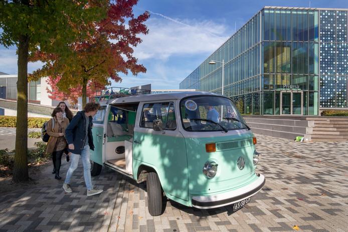 De klassieke Volkswagenbus rijdt de hele week heen en weer tussen de CHE en het station.