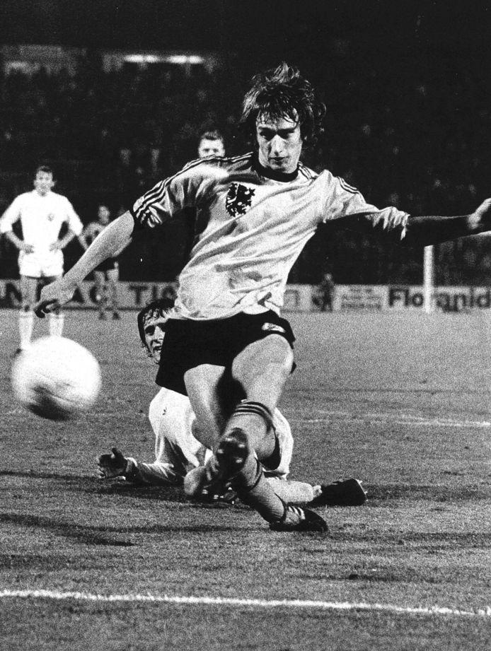 1976: Rob Rensenbrink schiet namens Oranje op het doel van de Belgen.