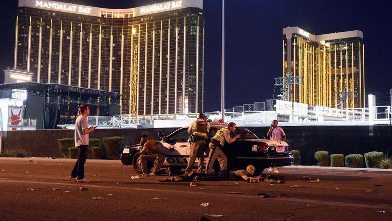 Agenten op de Strip nadat een schutter het vuur heeft geopend op de massa. Beeld AFP