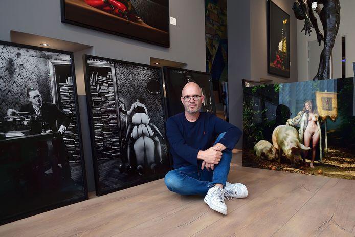 Ton Jaspers bij enkele foto's van Frederic Fontenoy die deel uitmaken van de expositie