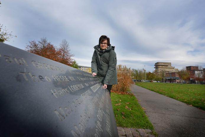 Hadassa Meijer bij het monument voor de slachtoffers van de vuurwerkramp.