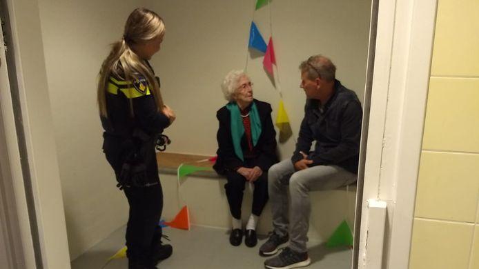 Mia Hermans krijgt uitleg in de versierde politiecel in Winterswijk.