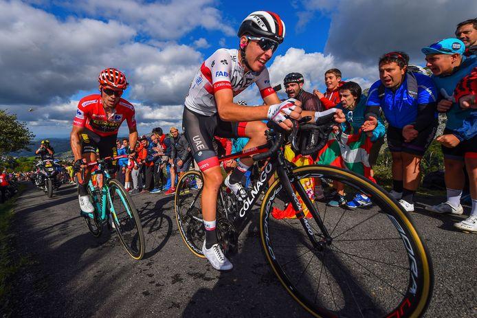 Tadej Pogacar met Primoz Roglic in zijn wiel.
