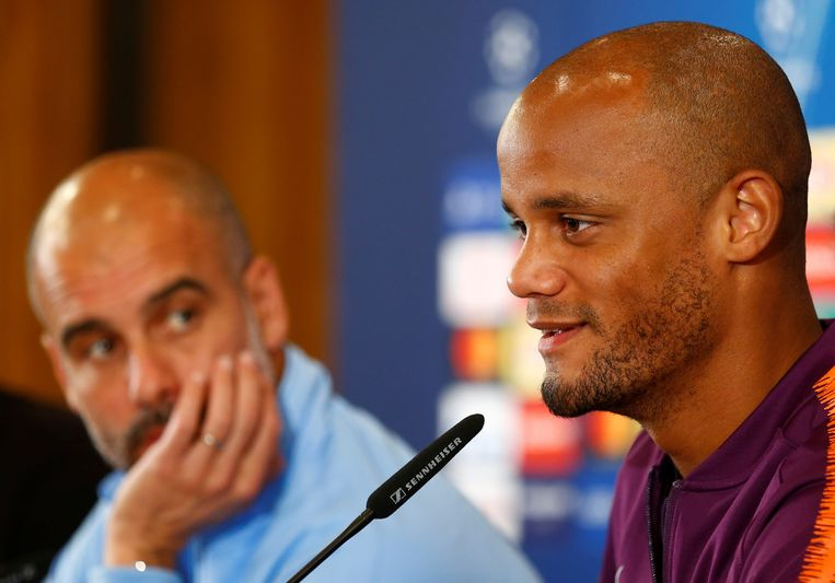 Vincent Kompany, met naast hem City-coach Pep Guardiola, gisteren op de persconferentie.
