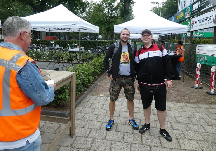 Steffen Freiheit (Essen) en Tobias Assindia (Münster) kwamen op de fiets naar Haaksbergen voor de eerste 'coronaproof' voetbalwedstrijd.