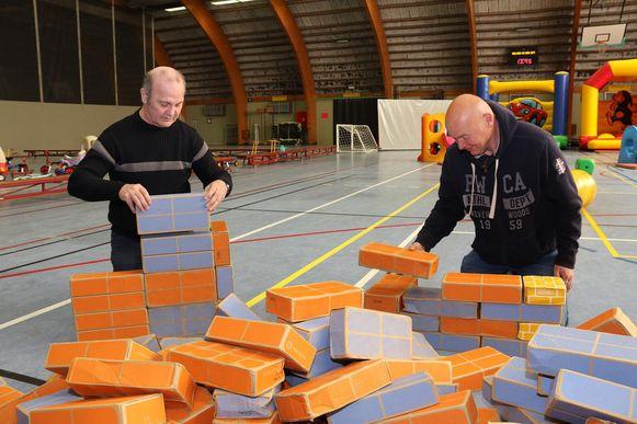 Geen kinderen door het mooie weer, dan maar even zelf met de blokjes spelen dachten de twee klanten in de cafetaria. François Seigers (l) en Peter Knaeps (r).