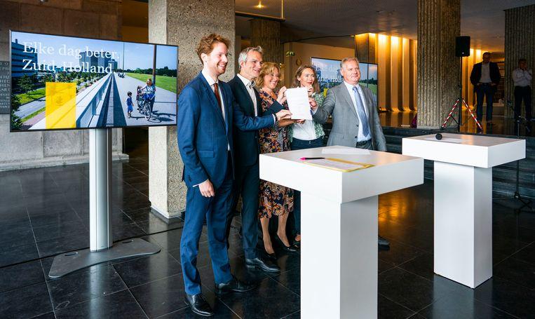 Fractievoorzitters Floor Vermeulen (VVD), Berend Potjer (GroenLinks), Adri Bom-Lemstra (CDA), Anne Koning (PvdA) en Jacco Schonewille (ChristenUnie/SGP) presenteren dinsdag in Den Haag het coalitieakkoord van de provincie Zuid-Holland.  Beeld Freek van den Bergh / de Volkskrant