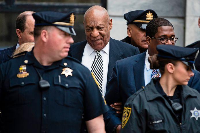 Bill Cosby verlaat het gerechtsgebouw.