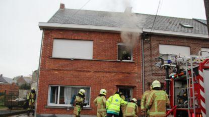 FILMPJE: Kortsluiting in elektriciteitskast: huis onbewoonbaar na zware brand in Hofstraat