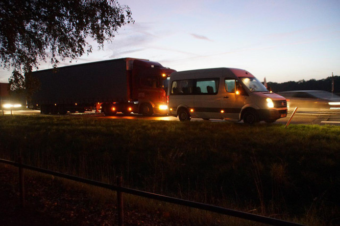 De vrachtwagen botste door nog onbekende oorzaak achter op het taxbusje op de N18 bij Heelweg.