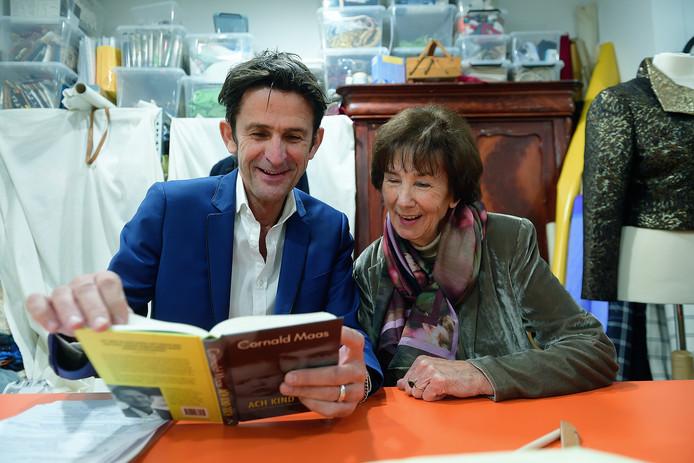 Cornald Maas met zijn moeder en zijn nieuwe boek 'Ach kind toch' in de bibliotheek.