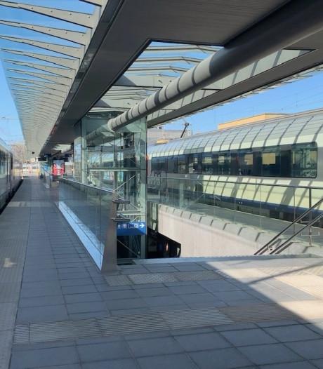 Twintiger die agenten bespuwde in station van Brugge blijft samen met kompaan in de cel