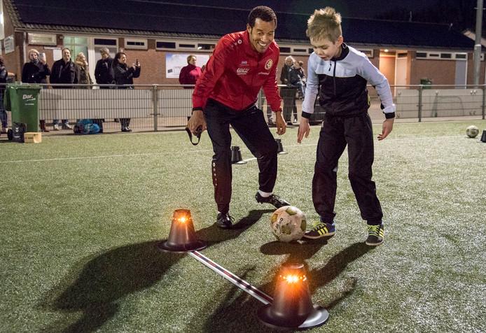 Trainer Remko Bicentini op de eerste training van het VoetbalPlus-team met een van de spelers.