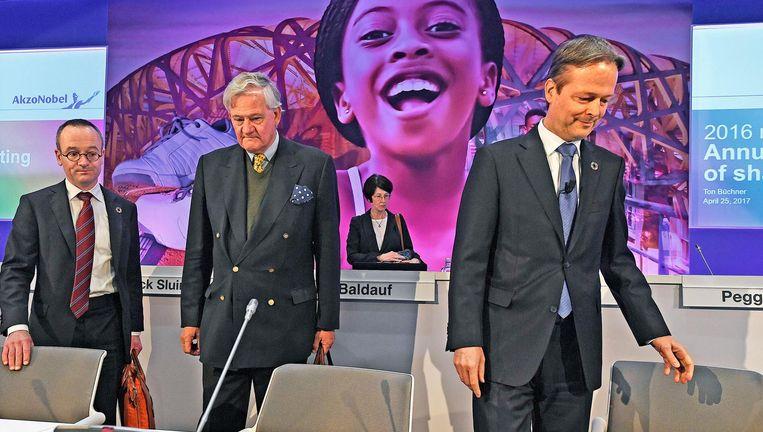 President-commisaris Antony Burgmans (midden) en directeur Ton Büchner (rechts) van AkzoNobel gingen op de aandeelhoudersvergadering niet in op het hogere bod van PPG. Beeld null