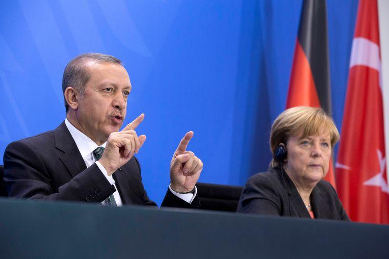 De Turkse president Erdogan naast de Duitse bondskanselier Merkel tijdens een bezoek aan Duitsland. Beeld ap