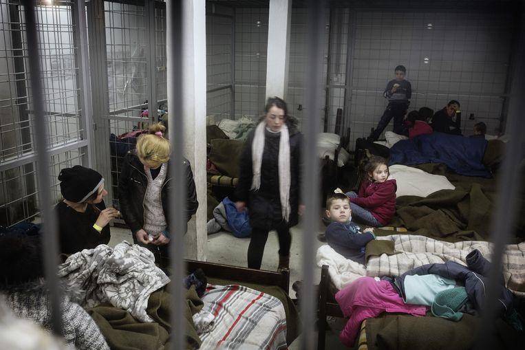Kosovaarse vluchtelingen op een politiebureau in Szeged, Hongarije. Beeld Daniel Rosenthal