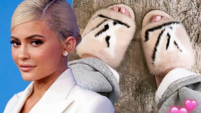 """""""Hoe hypocriet kan je zijn"""": Kylie Jenner vraagt hulp voor dieren in Australië en pakt vervolgens uit met nieuwe bonten slippers"""