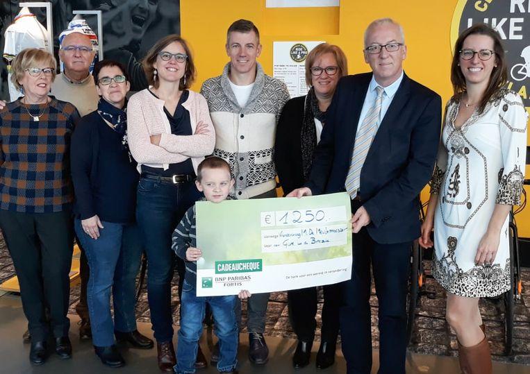 De symbolische cheque werd vandaag in het Centrum Ronde van Vlaanderen overhandigd.