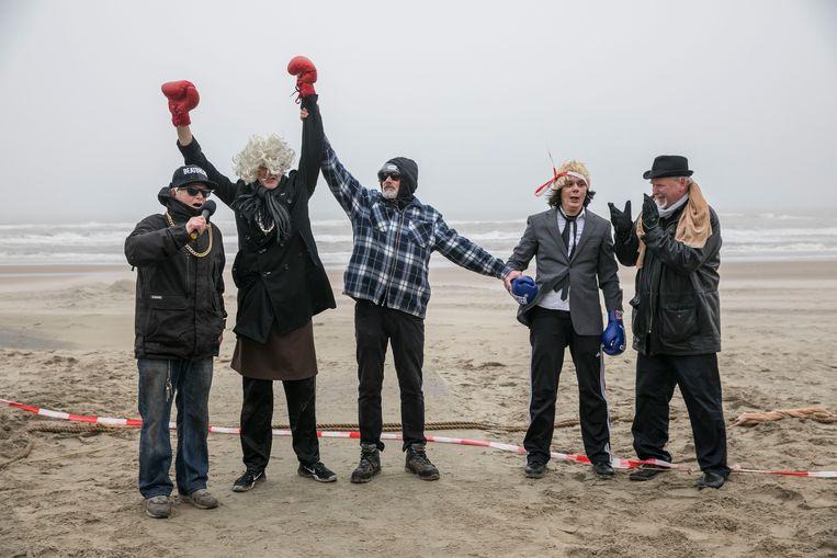 Het Amsterdamse Buro Brexit, tijdens hun reisje naar de zee.  Beeld Amaury Miller