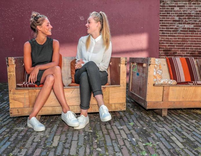 Fieke van der Panne en Yuna Linde van Theater De Makkers verzorgen tijdens het Stadsfestival in Zwolle hun voorstelling 'Kunnen we even praten?'.