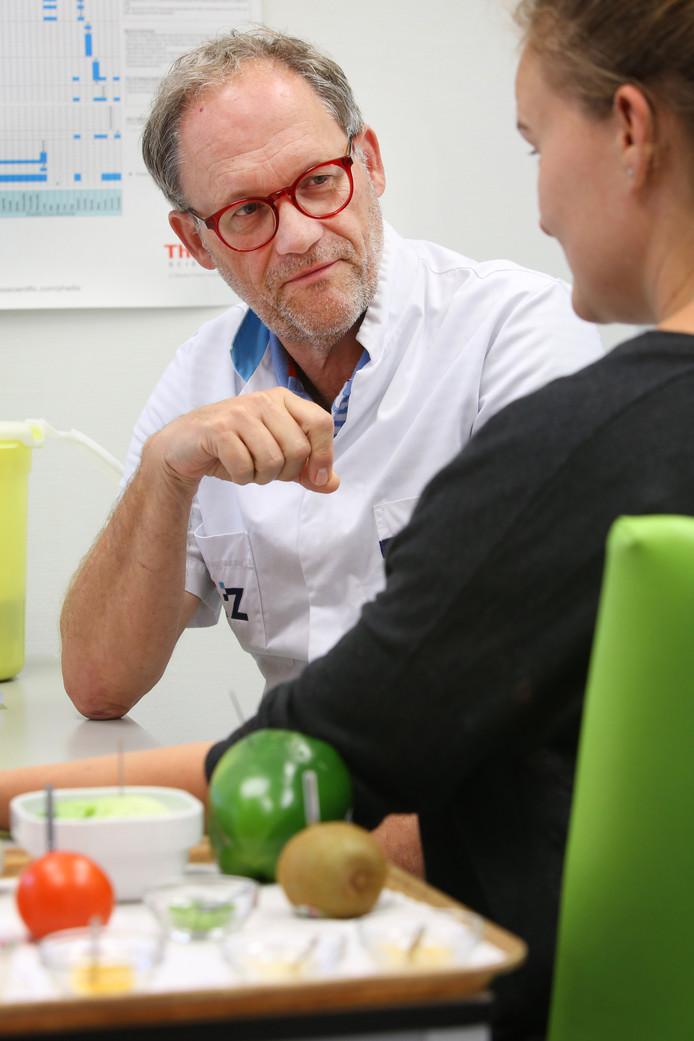 Dr. Theo Roovers, allergoloog in het Elisabeth Ziekenhuis te Tilburg, onderzoekt een patiënt.