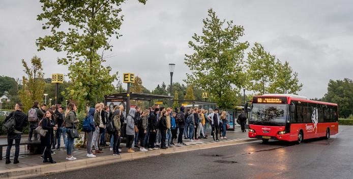 In de rij voor een volle bus.