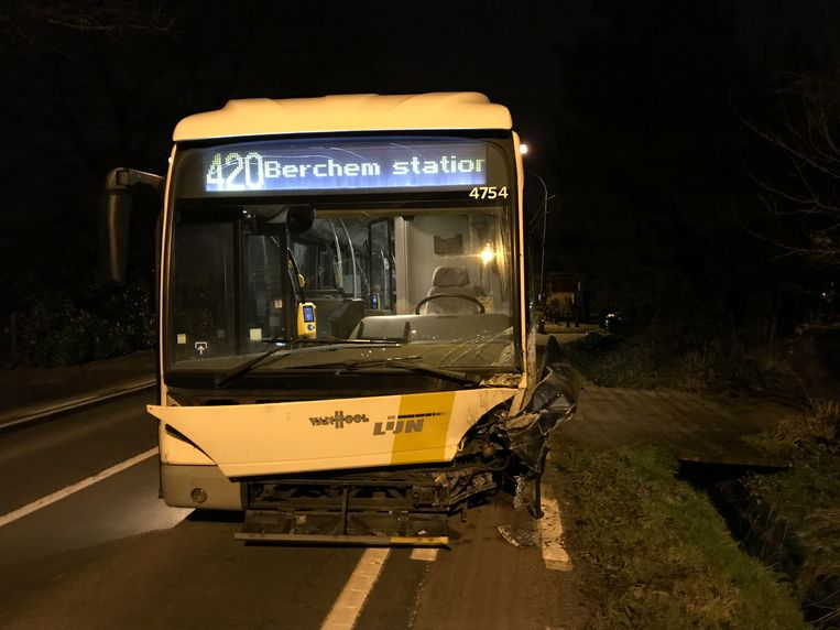 De bus liep aan de voorzijde ernstige schade op, maar iedereen bleef ongedeerd.