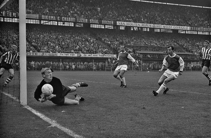 Pim Doesburg als doelman van Sparta in actie tegen Feyenoord in 1965.
