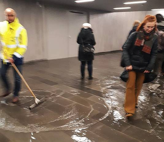 Wateroverlast in de voetgangerstunnel onder het CS.