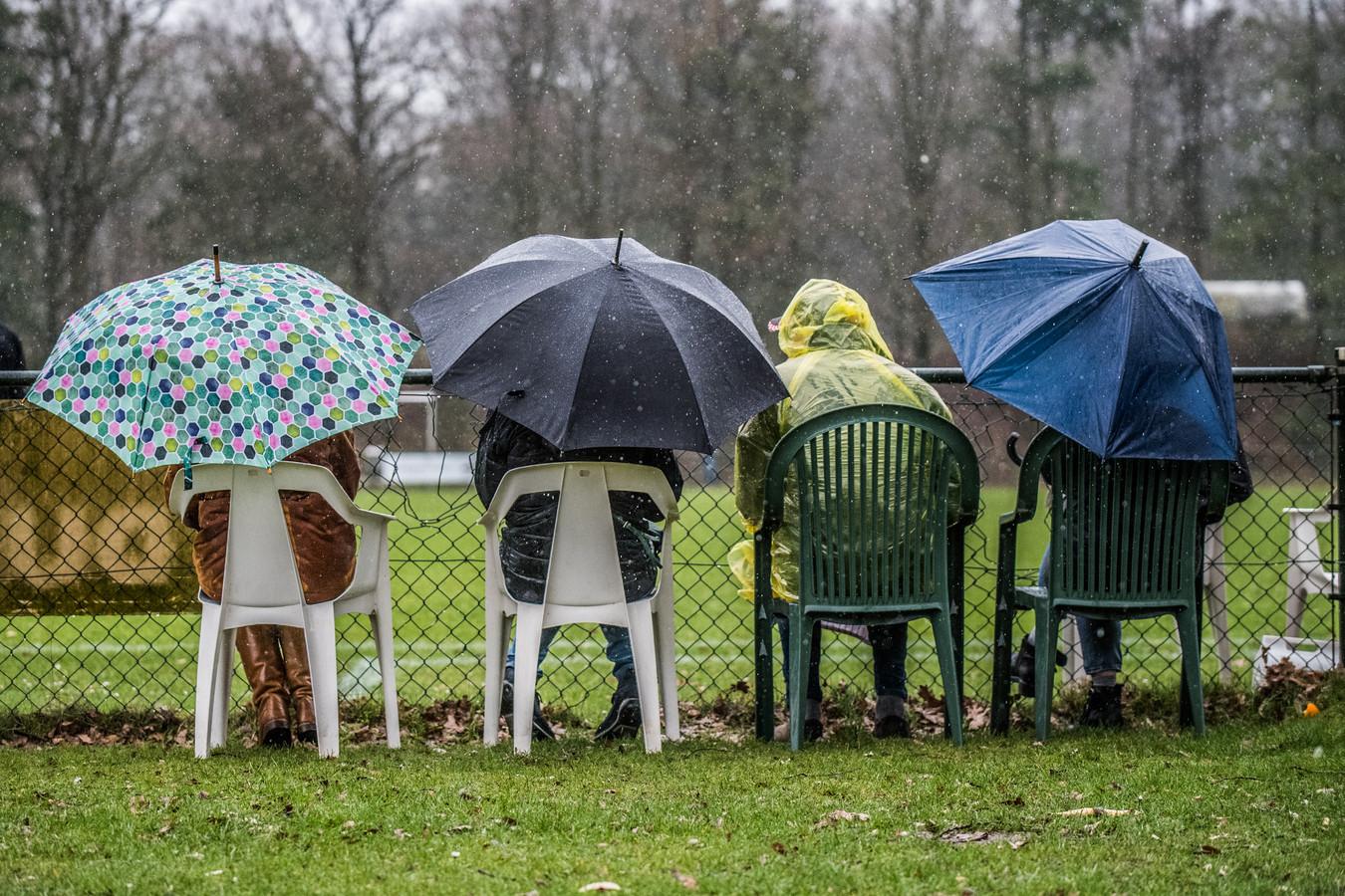 Het noodweer dreef de voetballers van DUNO en AZSV zaterdag vroegtijdig naar binnen; terwijl de die-hard supporters zich prima hadden voorbereid op de zware windstoten en slagregens in Doorwerth.