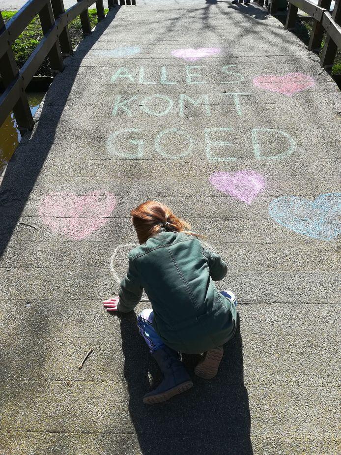 Het komt goed. Arwen (8) maakte deze boodschap met hartjes op een bruggetje in Sliedrecht, om de mensen wat hoop te geven.