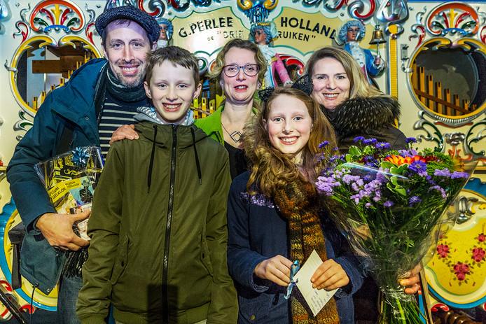 Directeur Marian van Dijk (midden) feliciteert de 100.000ste bezoeker van Museum Speelklok. Sylvestre (41), Marie-Lou (10), Max (12) en Wiebke (46) Bonnet.