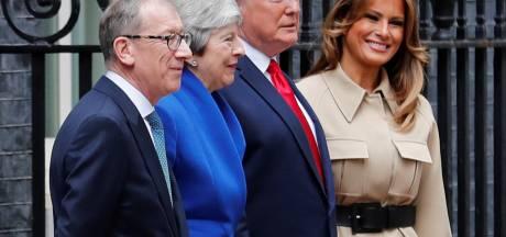 Trump verbaast met bijzondere handdruk en niet passend kostuum