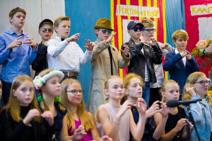 Groep 8 van de Meerdijkschool in Waalwijk zingt het slotlied tijdens de opnamens van de musical.