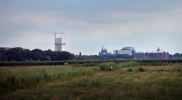 De Jheronimustoren (links) in aanbouw, in het midden de Sint-Jan, rechts het ziekenhuis en het gebouw van Essent.