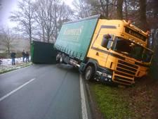 Vrachtwagens Kamphuis Ootmarsum matigen snelheid in Lage